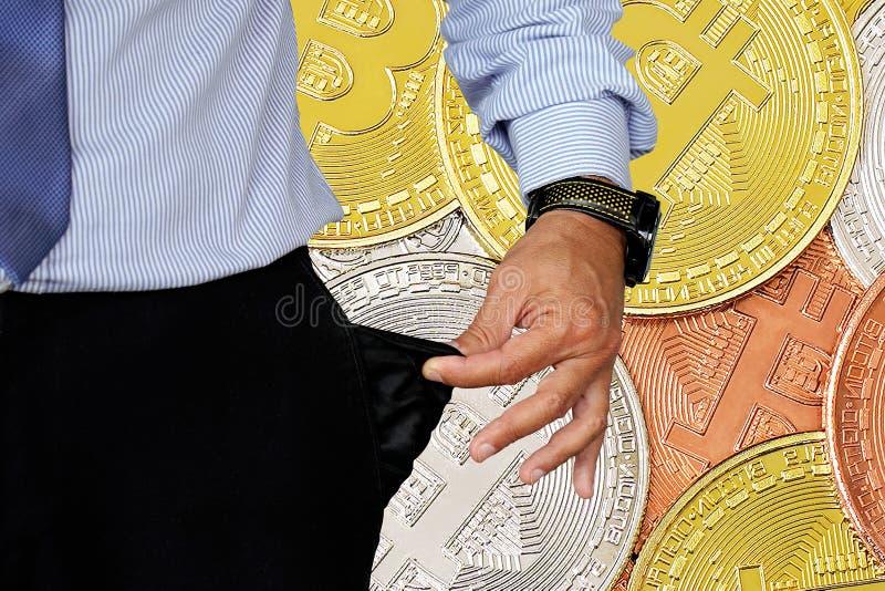 Mannen vänder upp hans byx- fack Bitcoins och nytt faktiskt pengarbegrepp Bitcoin är en ny valuta i bakgrund royaltyfri fotografi