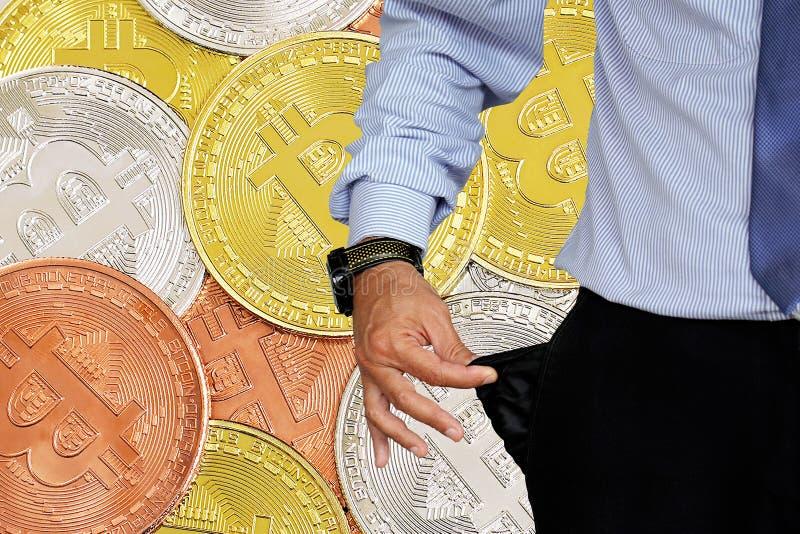 Mannen vänder upp hans byx- fack Bitcoins och nytt faktiskt pengarbegrepp Bitcoin är en ny valuta i bakgrund arkivfoto