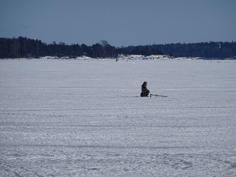 Mannen väntar fisken för att komma att få någon mat royaltyfria foton