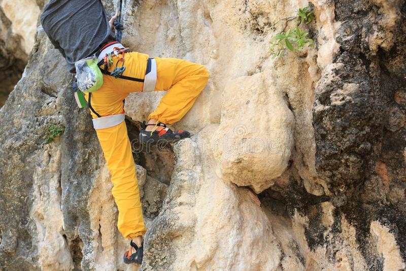 Mannen vaggar klättrareklättring arkivbilder