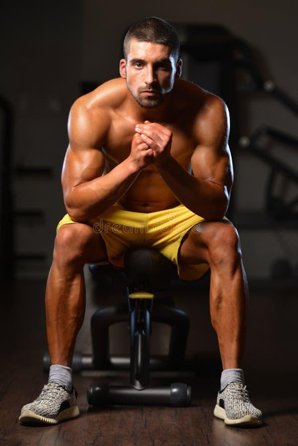 Mannen vilar i idrottshallen som har After en genomkörare royaltyfri fotografi