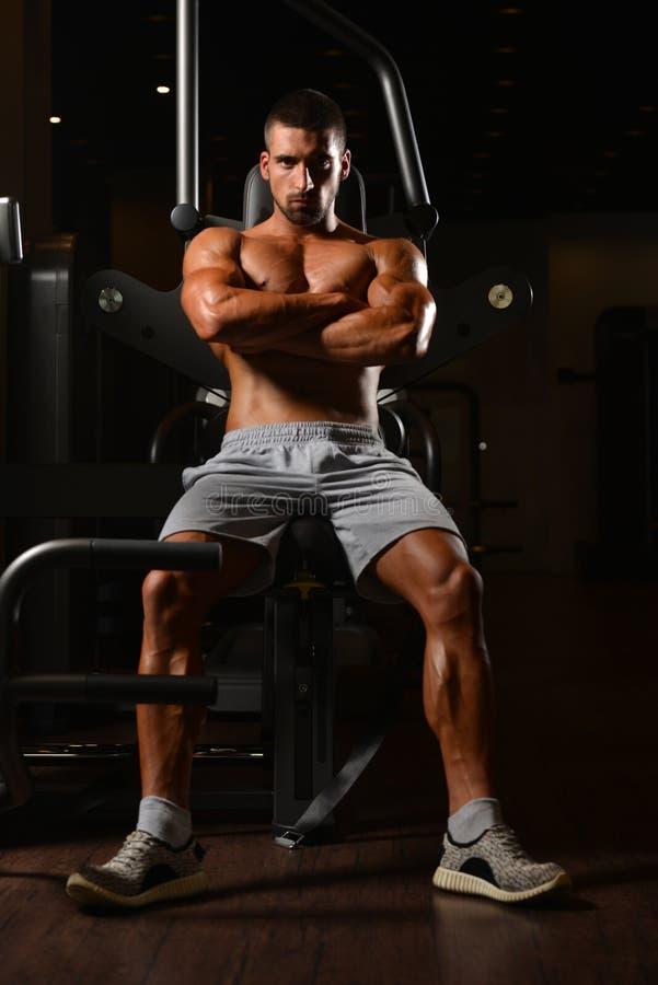 Mannen vilar i idrottshallen som har After en genomkörare fotografering för bildbyråer