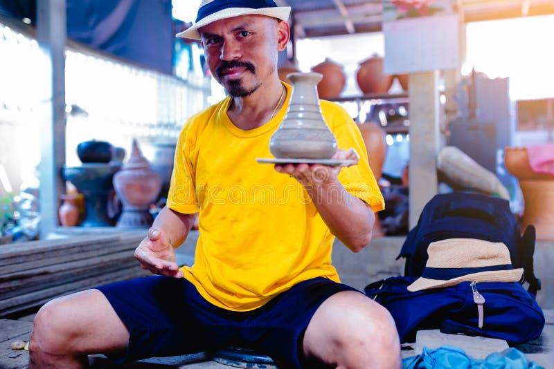 Mannen visar arbetet av krukmakeristöpningen arkivfoto