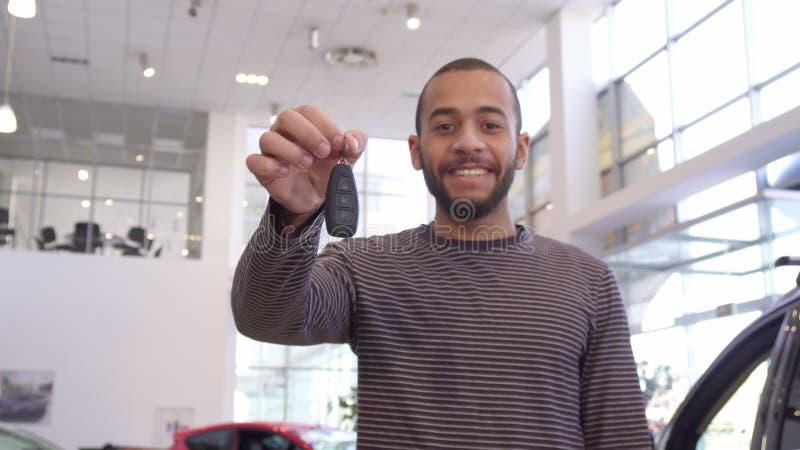 Mannen visar biltangent på återförsäljaren royaltyfri bild