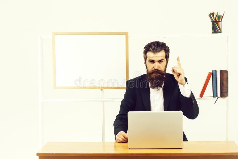 Mannen visar pekfingret uppåt arkivfoto