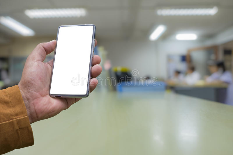 Mannens hand visar den mobila smartphonen i vertikal position arkivfoton