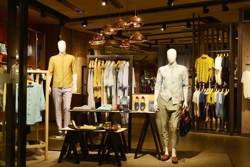 Mannens mode shoppar royaltyfria foton