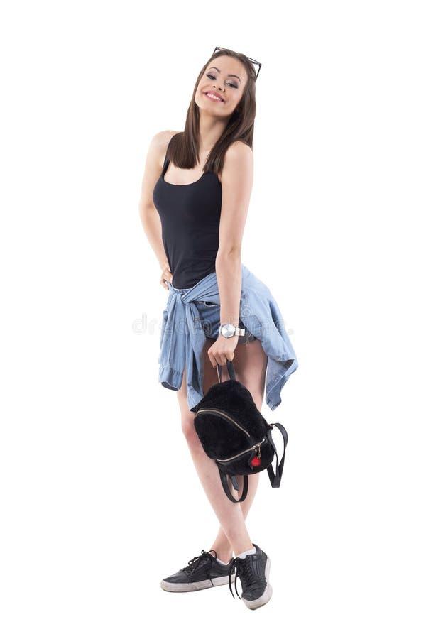 Mannequin élégant espiègle mignon de jeune femme posant et souriant à la caméra avec le sac à la mode photo stock