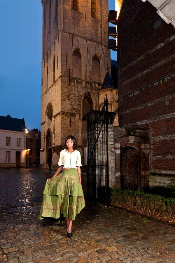 Mannequin africain dans la vieille ville de robe victorienne photos libres de droits