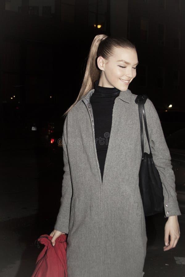 Mannequin Arizona Muse Street Stylee pendant la semaine de mode photographie stock