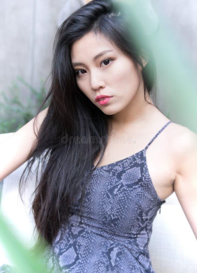 Mannequin asiatique posant de beaux longs cheveux photographie stock