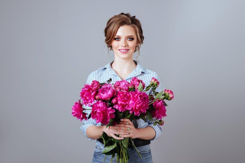 Mannequin avec des fleurs photographie stock