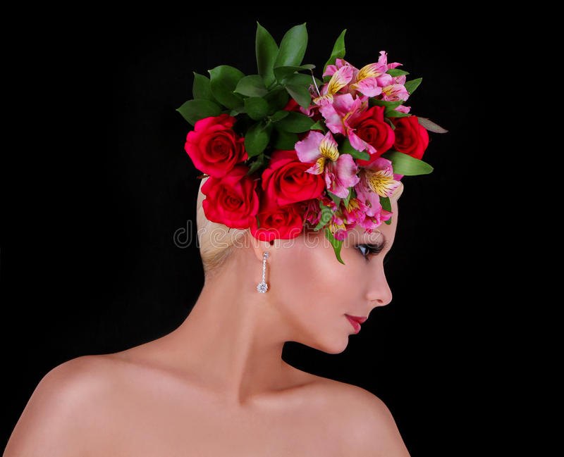 Mannequin avec la coiffure avec de belles fleurs au-dessus de noir photos stock