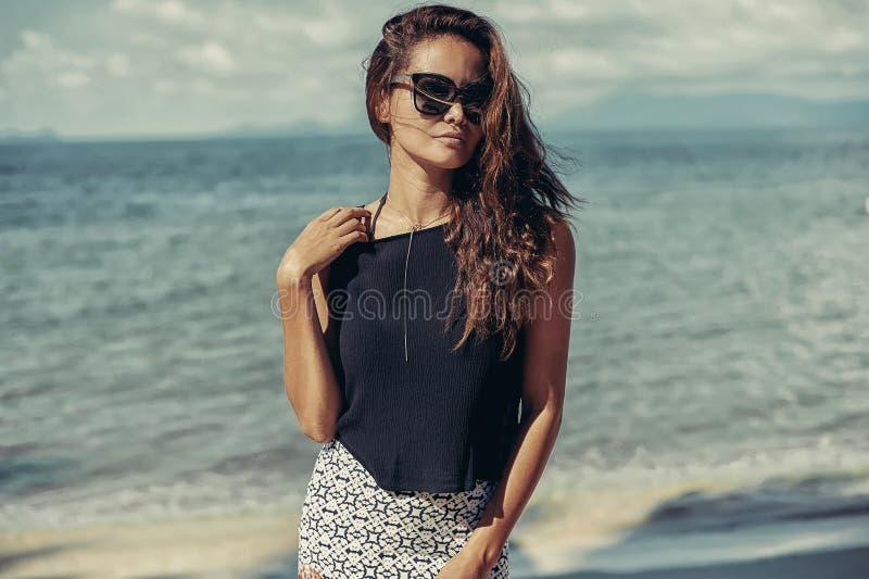 Mannequin avec le long portrait extérieur de plage de cheveux bouclés photo libre de droits