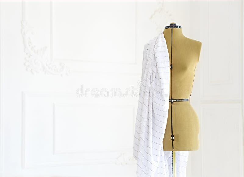 Mannequin avec le tissu dans la salle blanche photos stock