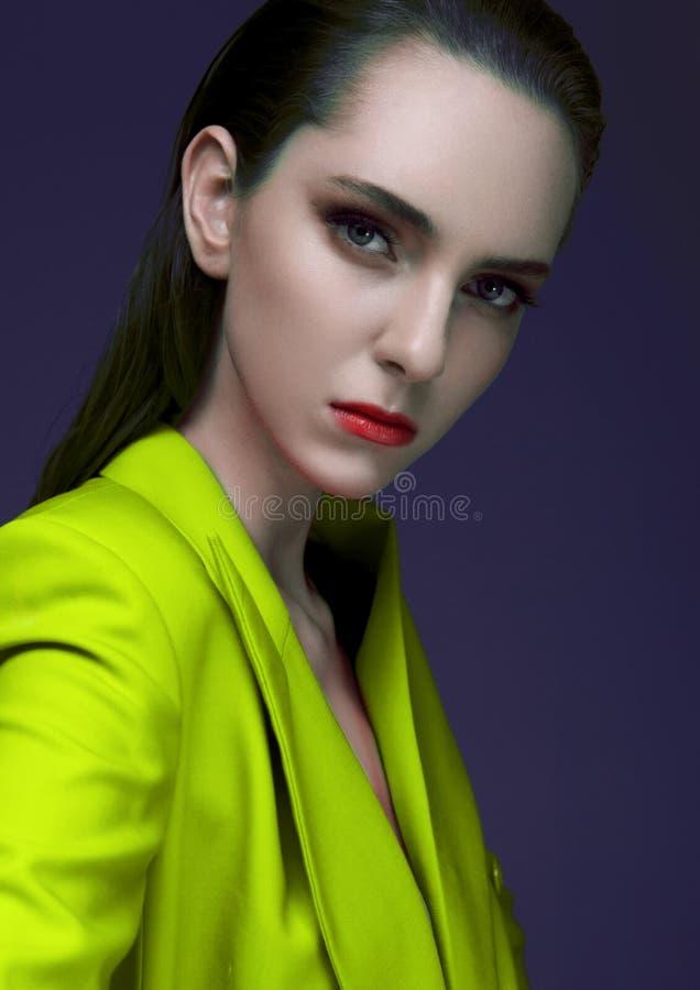 Mannequin avec les cheveux humides portant le manteau vert images stock