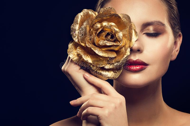 Mannequin Beauty Portrait avec de l'or Rose Flower, maquillage de luxe de femme d'or Rose Jewelry photos libres de droits