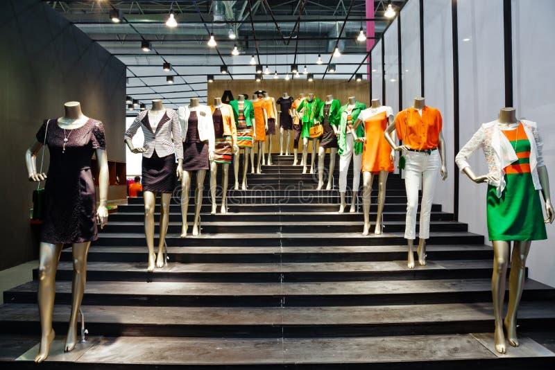 Mannequin dans l'étalage de mode photographie stock libre de droits