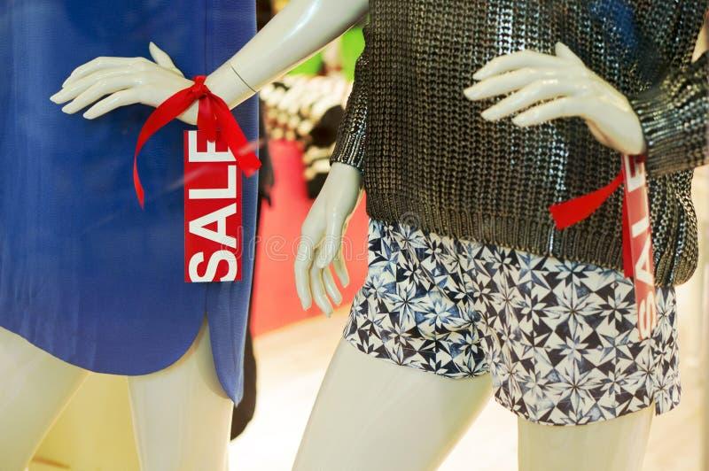 Mannequin dans l'affichage de fenêtre de mode photographie stock libre de droits