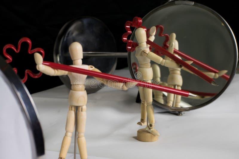 mannequin dans la pose en plastique devant le miroir image stock