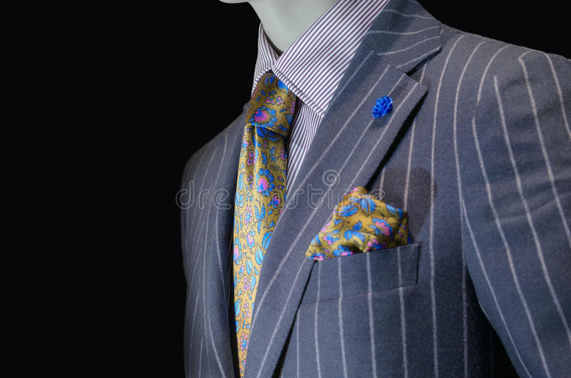 Mannequin dans le costume rayé pourpre, le lien en soie jaune et le mouchoir image libre de droits