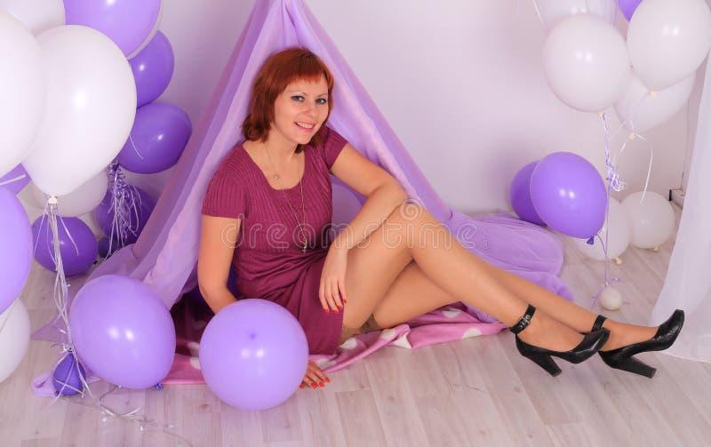 Mannequin dans les bas posant dans le studio photo libre de droits