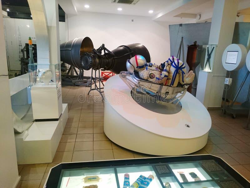 Mannequin dans un costume d'espace, se reposant dans une lit-installation de l'espace photographie stock libre de droits