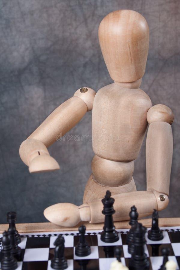 Mannequin, das Schach spielt lizenzfreie stockbilder