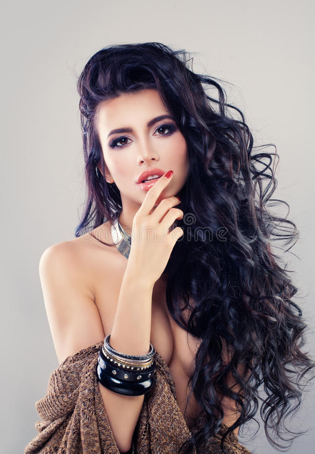 Mannequin de attirance de femme avec les cheveux bouclés foncés photographie stock