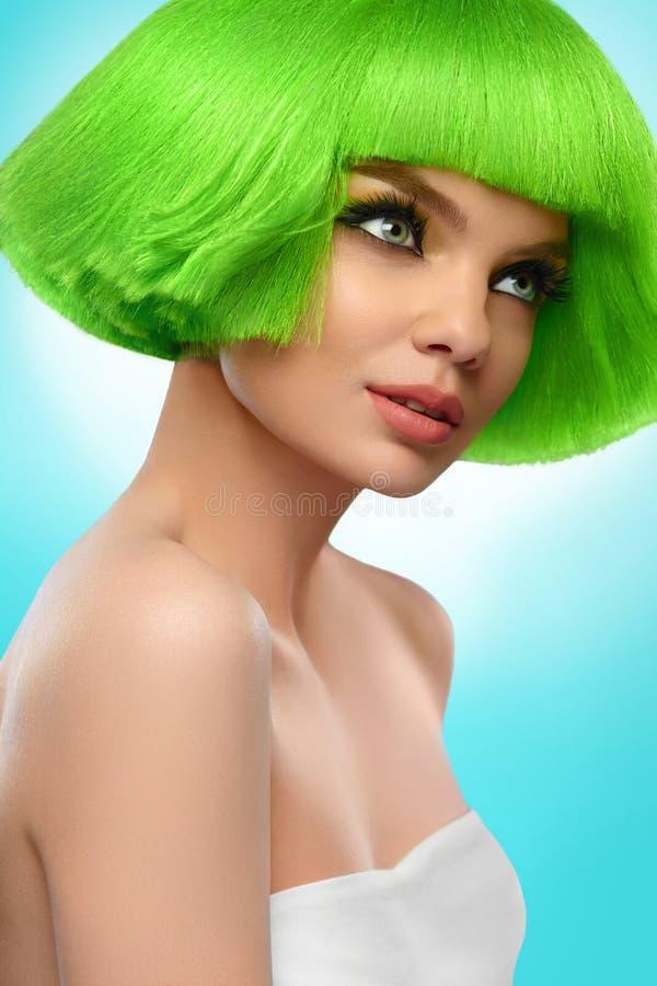 Mannequin de beauté Femme avec des cheveux et le maquillage De haute qualité photo stock
