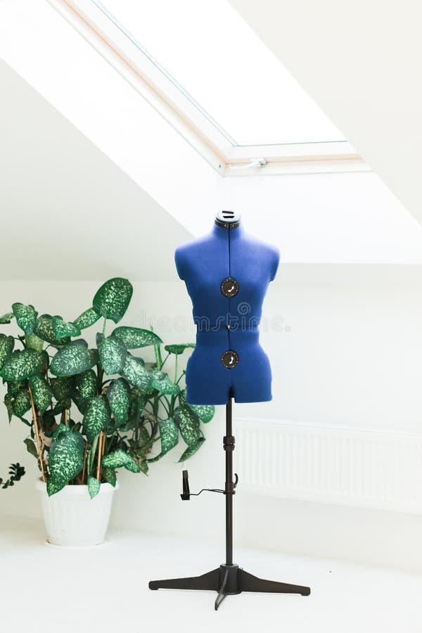 Mannequin de couture avec les marques principales se tenant sur un studio blanc image libre de droits