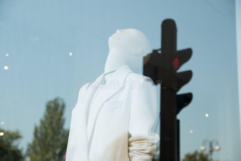 Mannequin de double exposition à une fenêtre de boutique Double exposition avec le feu de signalisation images libres de droits