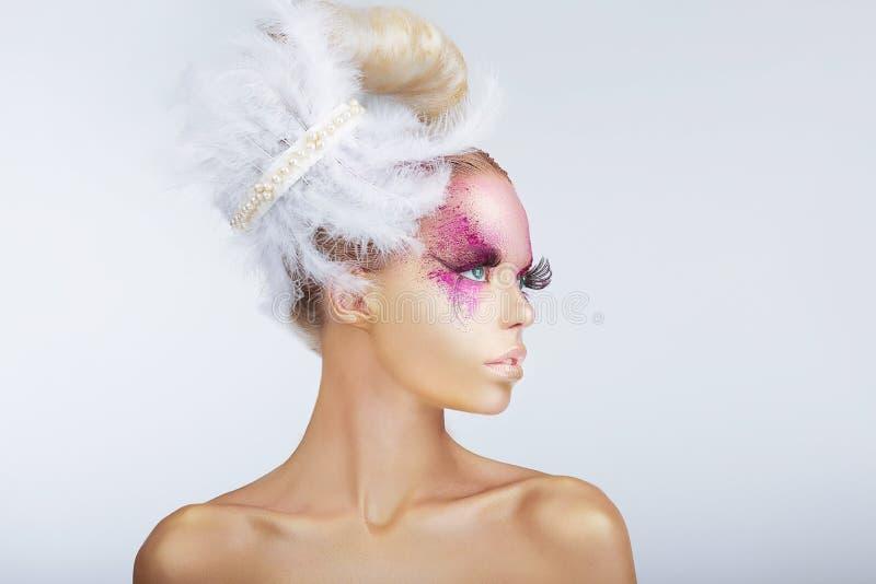 Mannequin de fantaisie avec la coiffure de fantaisie avec des plumes images libres de droits