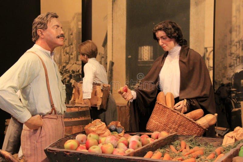 Mannequin de l'homme et de femme dans le costume de l'époque au marché libre en Amérique tôt, musée d'état, Albany, New York, 201 photos libres de droits