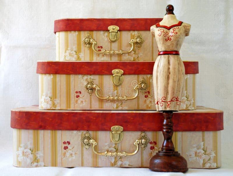Mannequin dell'annata e tre caselle immagine stock libera da diritti