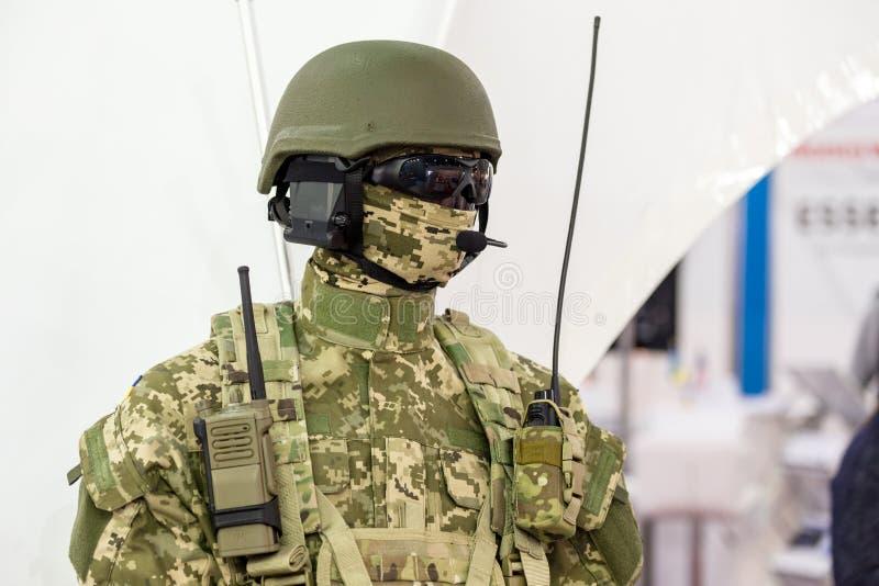 Mannequin in der Armeeuniform und -ausrüstung Schutzhelm und Schutzbrillen Spezielles n-Funkverbindungsgerät Modernes warfar stockfotos