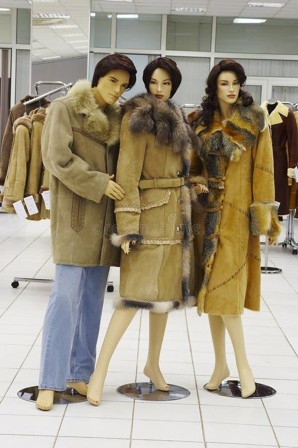 Mannequin in der Zeitschrift auf Verkauf der Winterkleidung lizenzfreies stockfoto