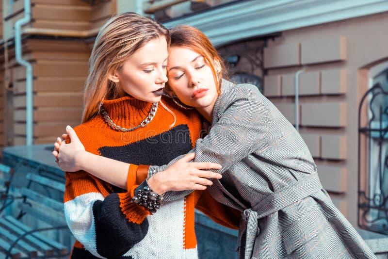 Mannequin deux avec les équipements à la mode posant ensemble photo libre de droits