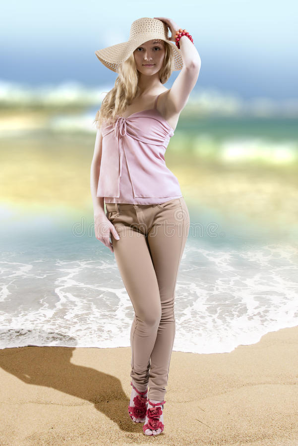 Mannequin die modieuze de zomerkleren en strohoed op het strand dragen stock afbeeldingen
