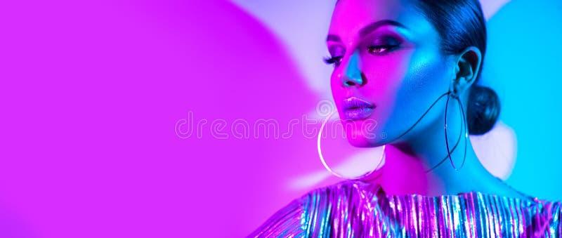 Mannequin donkerbruine vrouw in kleurrijke heldere neonlichten die in studio stellen Mooi sexy meisje, in het gloeien make-up royalty-vrije stock afbeeldingen
