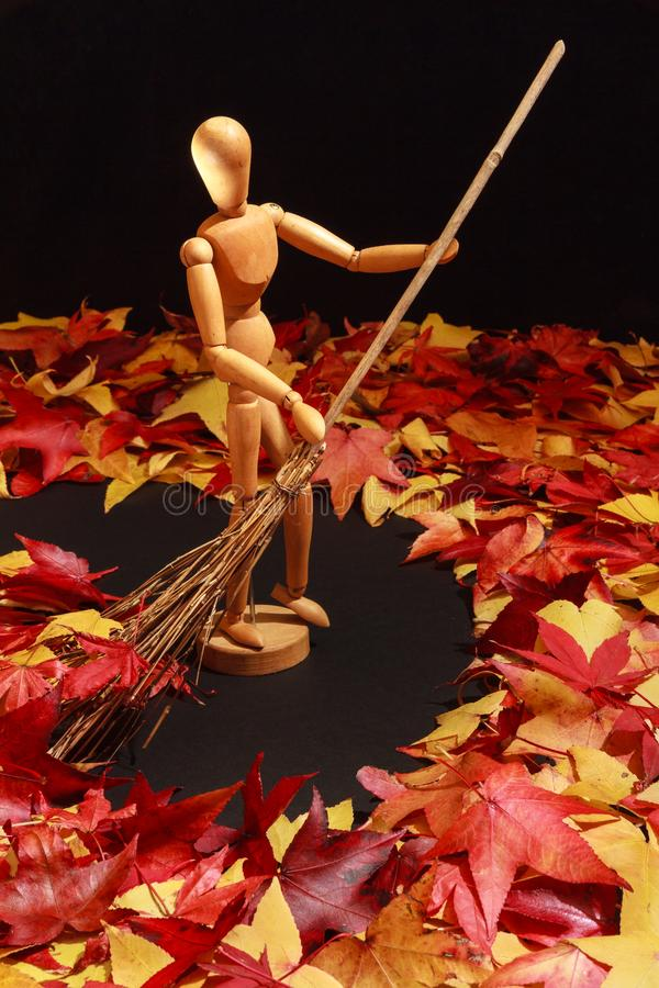 Mannequin du ` s d'artiste balayant Autumn Leaves photo libre de droits