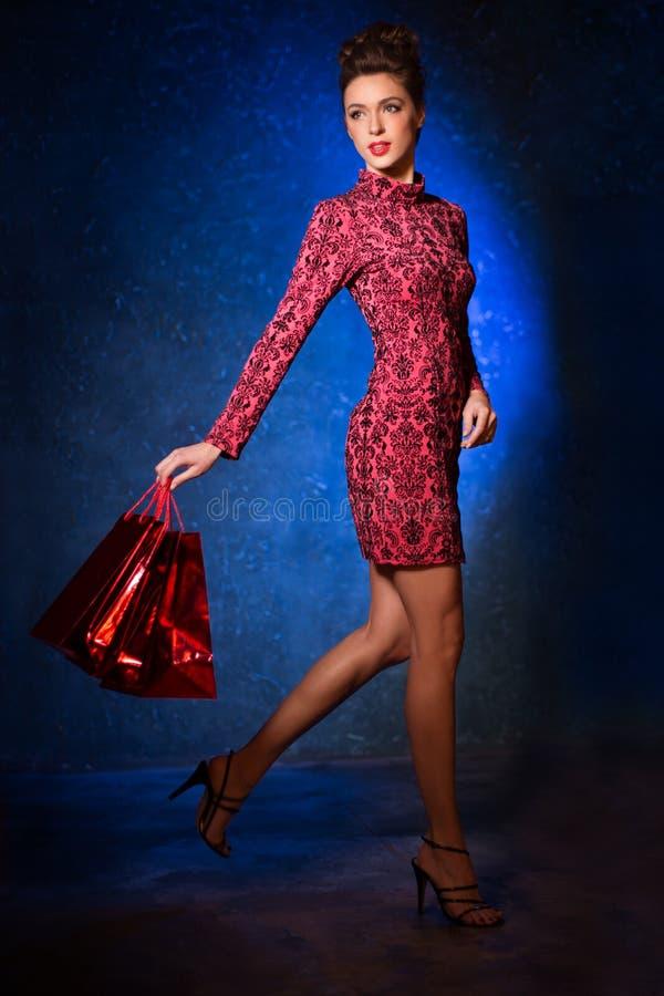 Mannequin in een rode kleding op een achtergrond van de deur Beauti royalty-vrije stock foto's