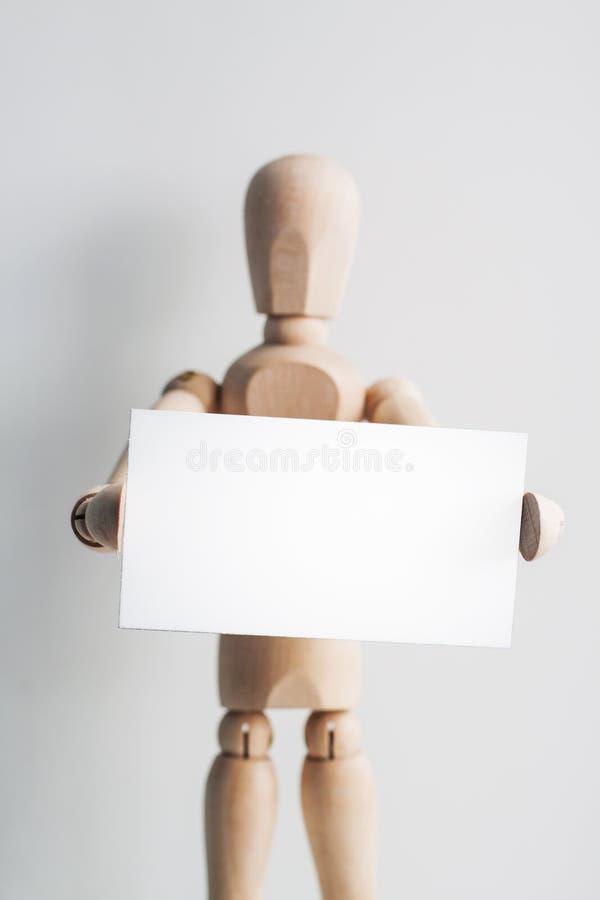 Mannequin en bois avec une carte de visite professionnelle de visite photographie stock libre de droits