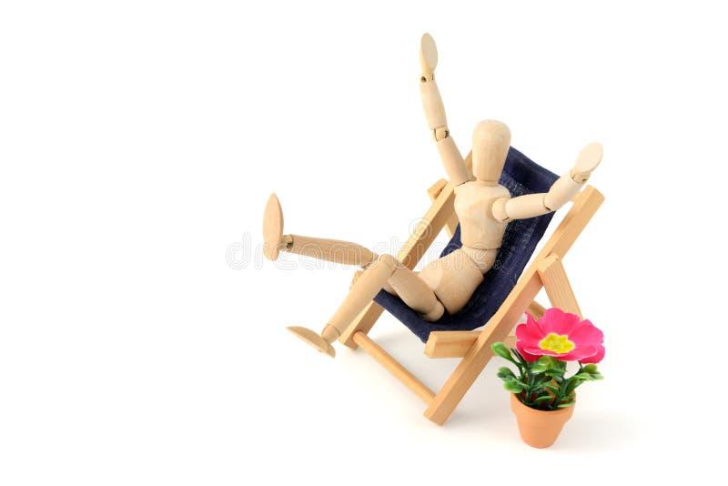 Download Mannequin En Bois Prenant Un Bain De Soleil Dans Une Chaise Photo stock - Image du modèle, relaxation: 76078208