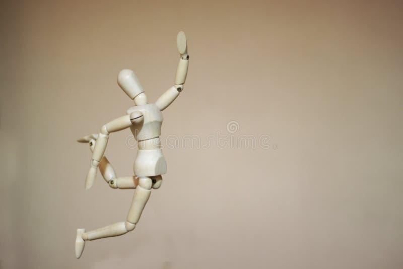 Mannequin en bois sautant photographie stock