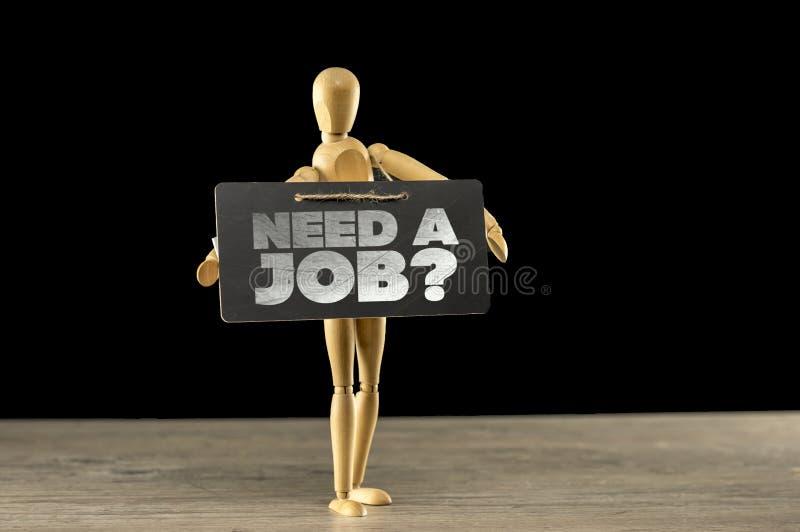 Mannequin en bois tenant un besoin un signe du travail image libre de droits