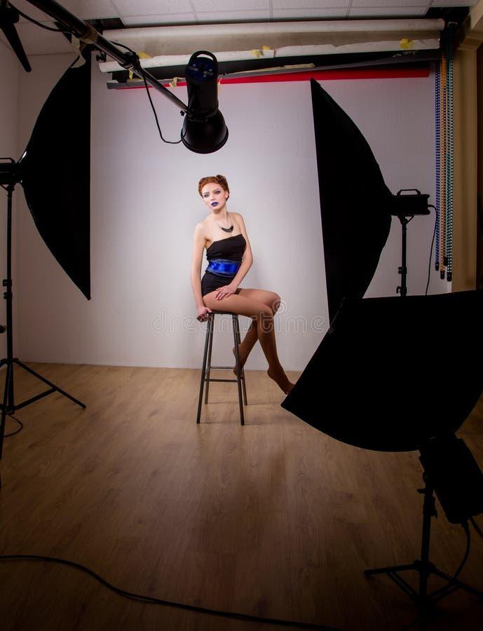 Mannequin en cours de photosession professionnel photographie stock libre de droits