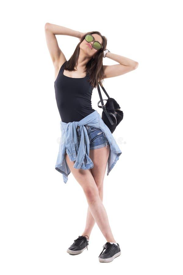 Mannequin génial à la mode de femme dans des vêtements d'été avec des lunettes de soleil posant par espièglerie photos libres de droits
