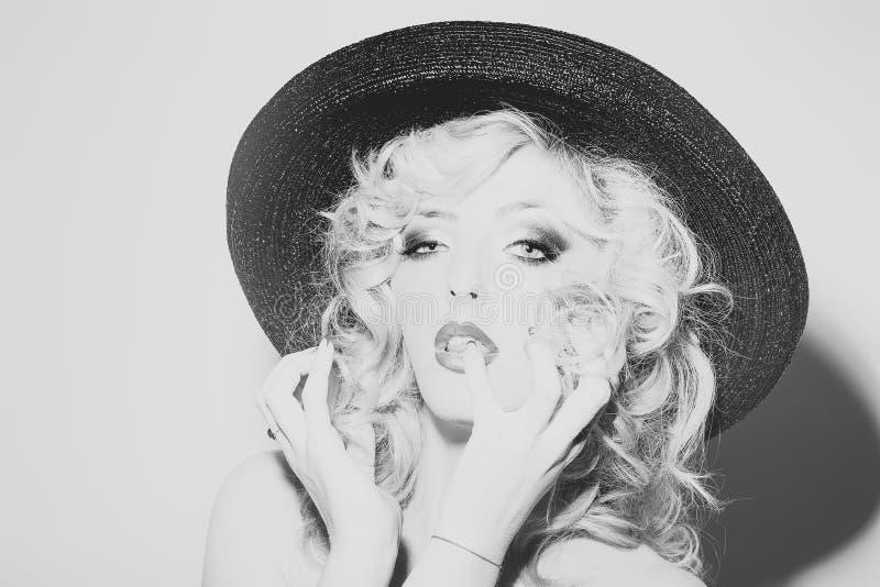 Mannequin Girl de beauté Regard de mode Femme sexy dans le chapeau photo libre de droits