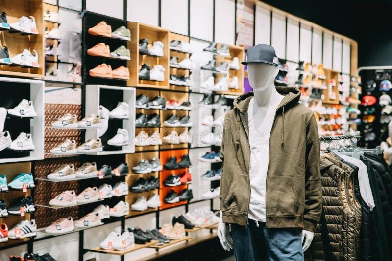 Mannequin habillé dans des vêtements sport d'homme masculin dans le stock d'achats image stock
